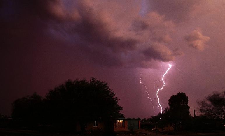 Am häufigsten blitzt es in Österreich zwischen Mai und September. Ein Blitzeinschlag kann eine Menge an Schäden verursachen: Überspannungen sämtlicher Elektrogeräte, Brand, Explosion.Die Haushalts- und Eigenheimversicherung schützt vor Schäden durch Unwetter und direkten Blitzeinschlag
