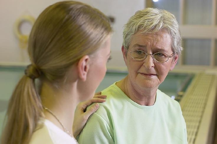 Die richtige Versicherung hilft, für die Pflege im Alter vorzusorgen.
