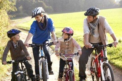 Für Radfahrer gehört der Helm zum essenziellen Schutz.