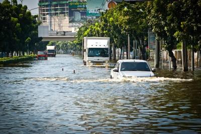 Naturkatastrophen wie Überschwemmungen verursachen enorme Kosten, hier ist Versicherungsschutz besonders wichtig.