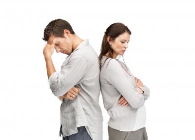 Nach einer Scheidung sollten beide Partner beachten, welche Versicherungen davon betroffen sind.