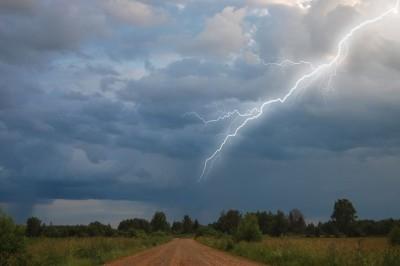 Blitze können hohe Schäden verursachen. Insbesondere Hausbesitzer sollten daher vorsorgen.