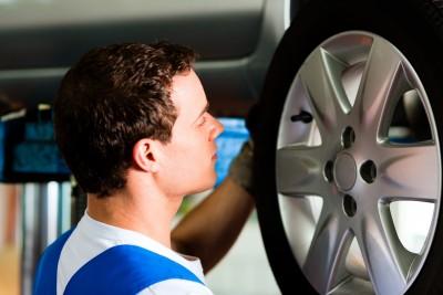 Autoreifen sollten regelmäßig kontrolliert und, falls nötig, gewechselt werden.