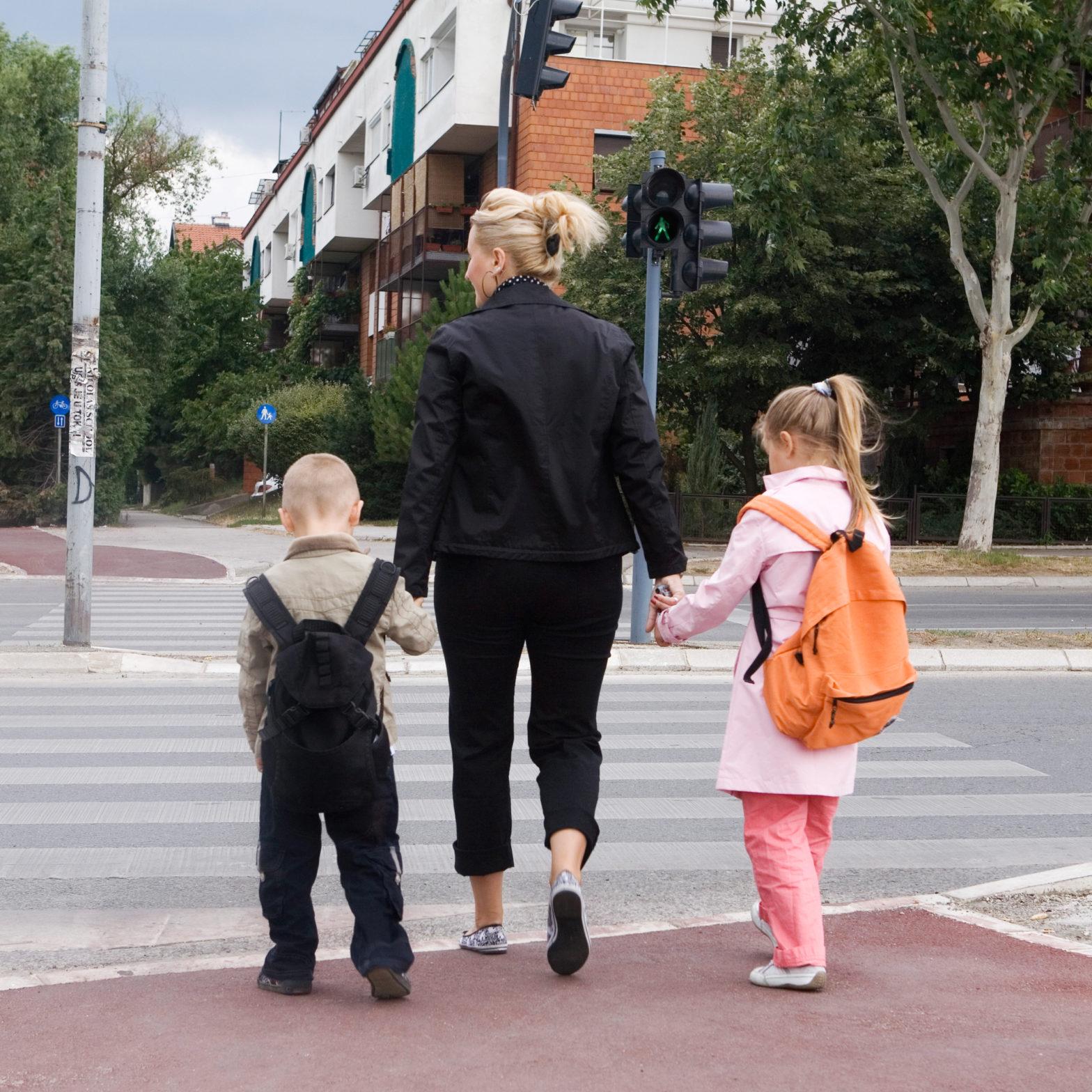 Insbesondere jüngere Kinder können die Gefahren am Schulweg nicht richtig einschätzen.