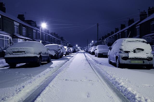 Verkehrsregeln, die nur durch Bodenmarkierungenr verlieren nach Angaben des KFV ihre Rechtsgültigkeit, wenn sie wegen Schnees auf der Straße nicht mehr erkennbar sind.